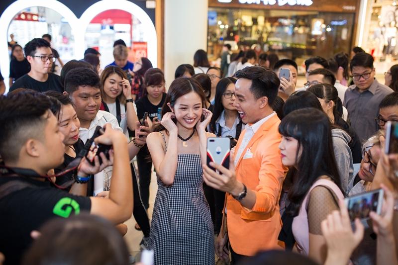 un Vũ selfie cùng fans và khách hàng tại sự kiện