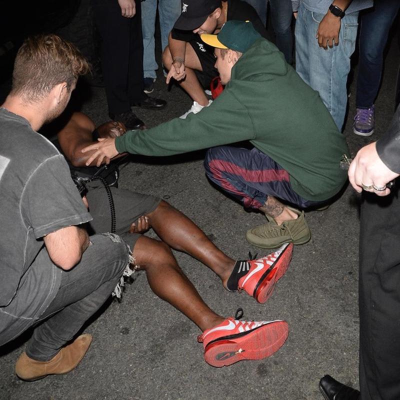 Nam ca sĩ đã ở lại với người bị thương cho đến khi xe cứu thương có mặt