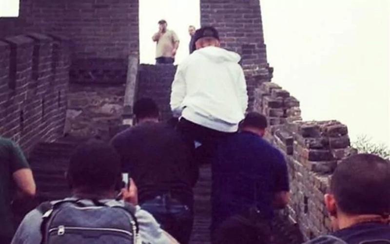 tại Trung Quốc vài năm trước, thái độ huênh hoang Justin Bieber đã gây bức xúc khi anh chàng để cho vệ sĩ cõng mình trên Vạn Lý Trường Thành. Ngoài ra, Justin còn bị bắt gặp trượt ván và để đoàn tùy tùng chạy theo mình khắp đường phố Bắc Kinh.