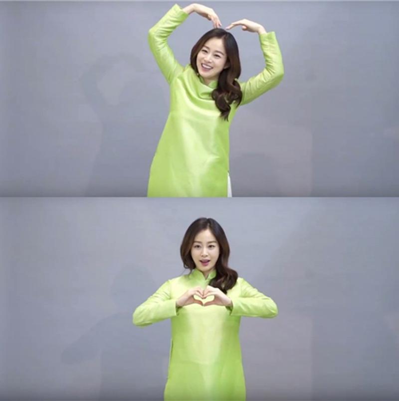 Kim Tae Hee mặc áo dài truyền thống và gửi lời chào đến khán giả bằng tiếng Việt.