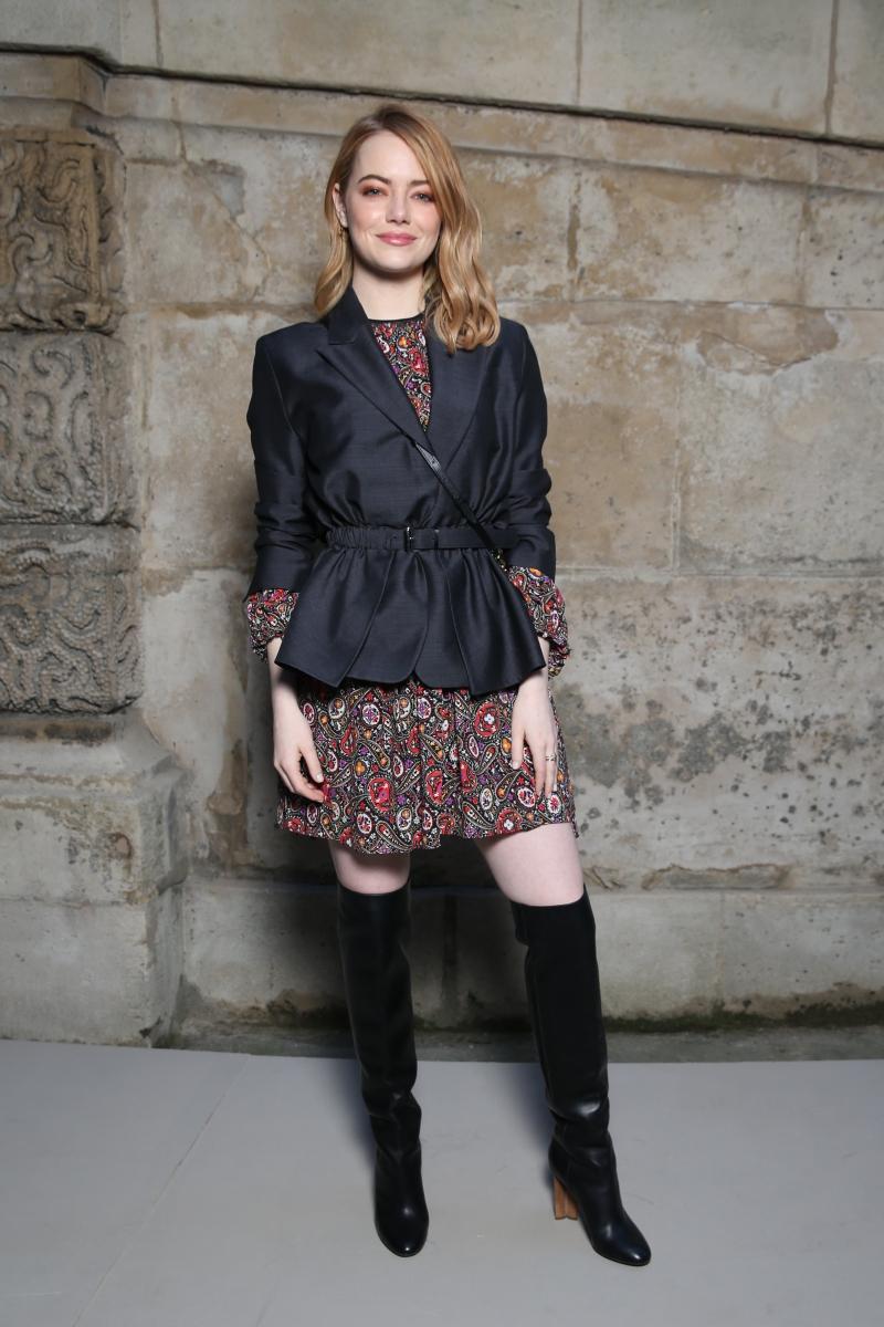 """Không thể vắng mặt """"nàng thơ"""" mới nhất của NTK Nicolas Ghesquière, nữ diễn viên Emma Stone, tại show diễn lần này. Ngay sau khi tham dự lễ trao giải Oscar lần thứ 90, cô bay thẳng sang Paris để dự show diễn Thu Đông 2018 của Louis Vuitton."""