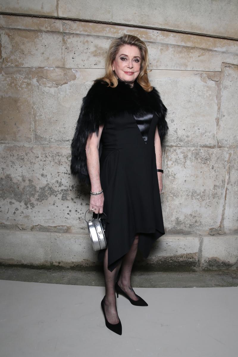 Nữ diễn viên Pháp gạo cội Catherine Deneuve luôn là khách mời danh dự tại những show diễn của các nhà mốt đình đám nhất Paris.
