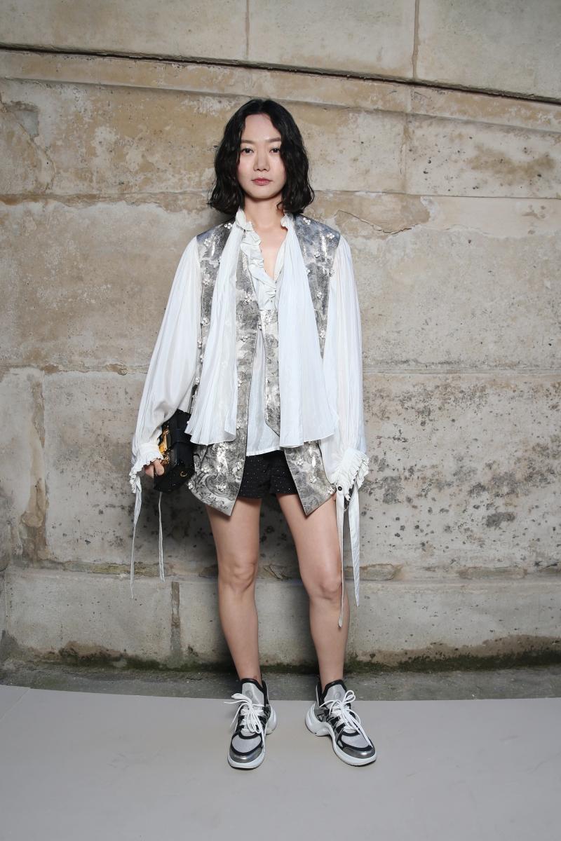 """Nữ diễn viên Hàn Quốc Doona Bae đình đám với series truyền hình """"Sens8"""" cũng là một gương mặt quen thuộc trên hàng ghế đầu của Louis Vuitton. Cô mặc thiết kế trong BST Xuân Hè 2018 cùng đôi giày """"xuyên không"""" Archlight với thần thái cuốn hút."""