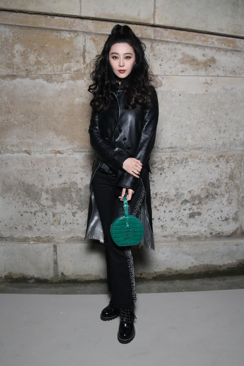 """Phạm Băng mặc bộ trang phục với tông màu đen chủ đạo cùng túi xách Petite Boite Chapeau đang """"cháy hàng"""" của Louis Vuitton. Phiên bản túi của Phạm Băng Băng có kích cỡ nhỏ xinh, bằng chất liệu da cá sấu sang trọng và nổi bật với tông màu xanh ngọc bích."""