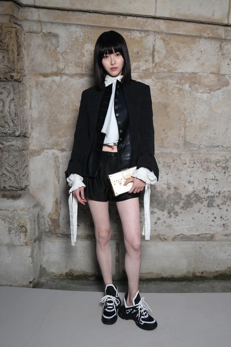 Nữ diễn viên Đường Yên vẫn giữ được vẻ đẹp trẻ trung, khoe dáng chuẩn trong bộ trang phục mang đậm dấu ấn trang phục hoàng gia Pháp cùng đôi giày Archlight đang gây sốt.