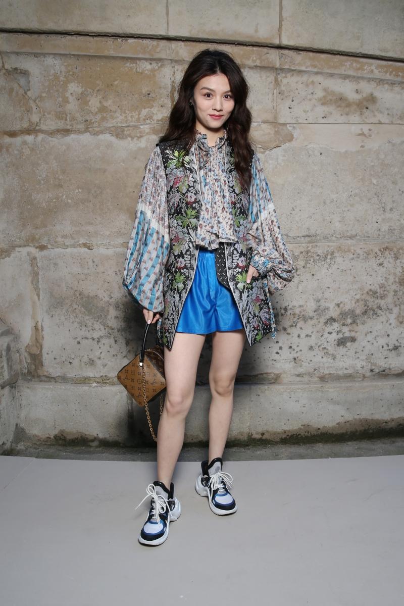 Cô nàng Xuân Hạ với vẻ đẹp baby trở thành tâm điểm ngay khi xuất hiện trong bộ trang phục từ BST Xuân Hè 2018 của Louis Vuitton.