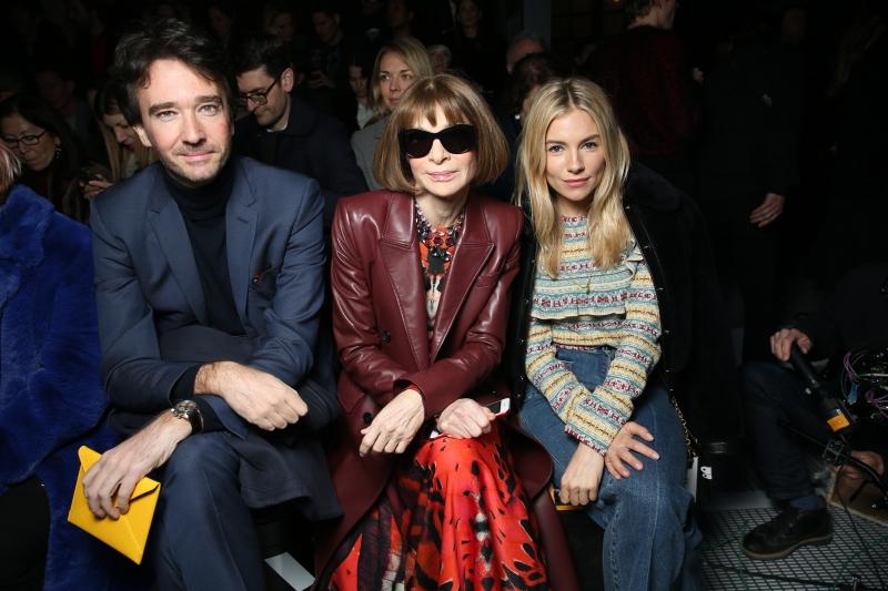 Từ trái qua: Doanh nhân Antoine Arnault (Chủ tịch thương hiệu Berluti), Tổng biên tập Vogue Mỹ Anna Wintour, nữ diễn viên Sienna Miller.