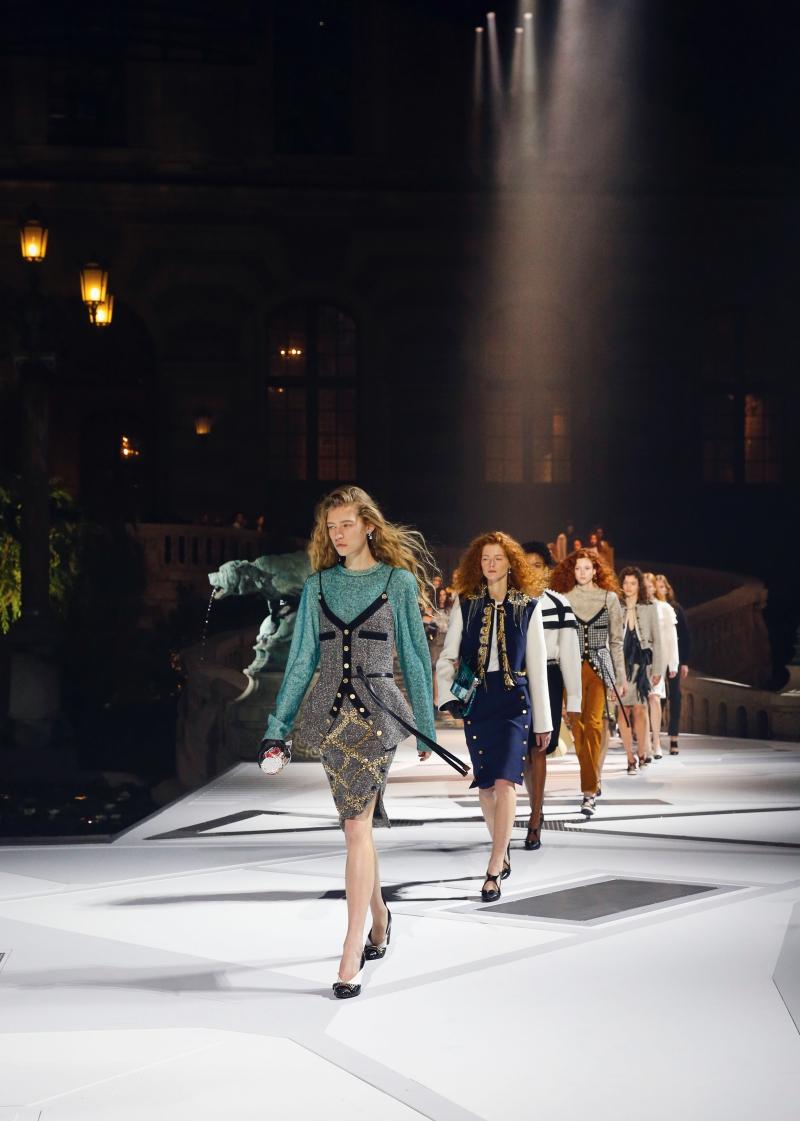 Hình ảnh người phụ nữ mạnh mẽ, độc lập và nổi bật tuyệt đối bước trên sàn catwalk của Louis Vuitton đã tạo nên ấn tượng mạnh cho khách mời tham dự.