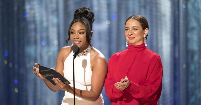 Tại Oscar, lại quay lại với phong cách sang trọng, nhưng Tiffany Haddish chọn vấn tóc cao cùng với phần mái thả tạo sức hút cho khuôn mặt.