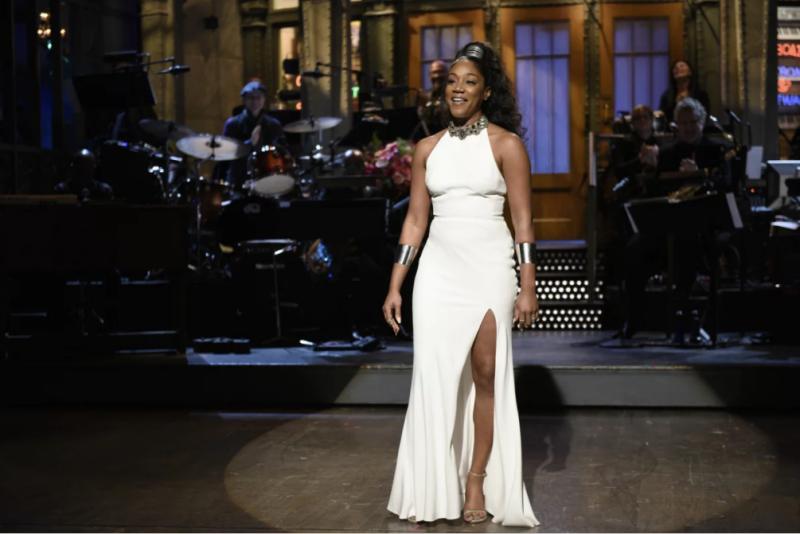 Trong chương trình Saturday Night Live, Tiffany Haddish gây ấn tượng với phụ kiện vòng tay to bản hai bên cùng với mái tóc xoăn cột cao.