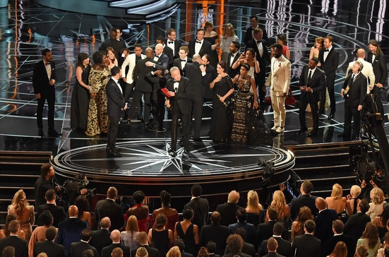 """Cảnh hỗn loạn diễn ra trên sân khấu khi đoàn làm phim """"La La Land"""" vừa phát biểu thắng giải lại ngỡ ngàng vì tuột tượng vàng còn đoàn làm phim """"Moonlight"""" chạy lên nhận giải."""