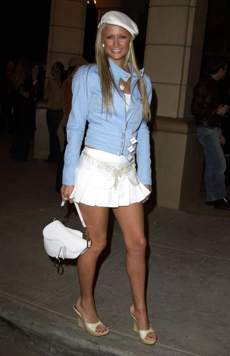 Cô nàng đình đám một thời Paris Hilton và chiếc túi xách Saddle bằng da màu trắng của Dior.