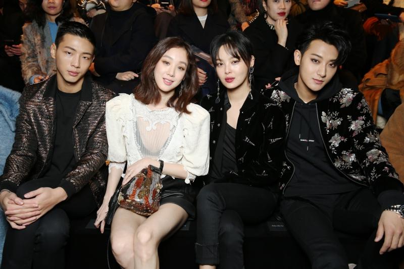 """Dàn sao châu Á xuất hiện trên hàng ghế đầu của show Saint Laurent gồm có: (từ trái qua) diễn viên Ji Soo Kim, người đẹp trong """"Đội Ngũ Danh Y"""" Ryeo-Won Jung, diễn viên Tân Chỉ Lôi và rapper Hoàng Tử Thao (nghệ danh Tao)."""