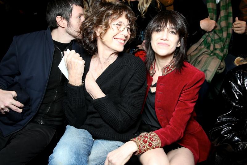 """""""Nàng thơ"""" Jane Birkin cùng cô con gái Charlotte Gainsbourg. Cả hai đều là những cái tên thường xuyên xuất hiện trên hàng ghế đầu các show diễn của Saint Laurent."""