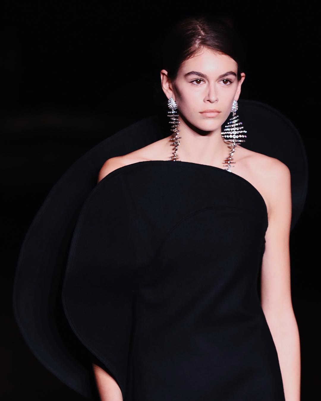 Kaia Gerber tiếp tục xuất hiện trong show diễn của Saint Laurent mở màn cho Tuần lễ Thời trang Paris.