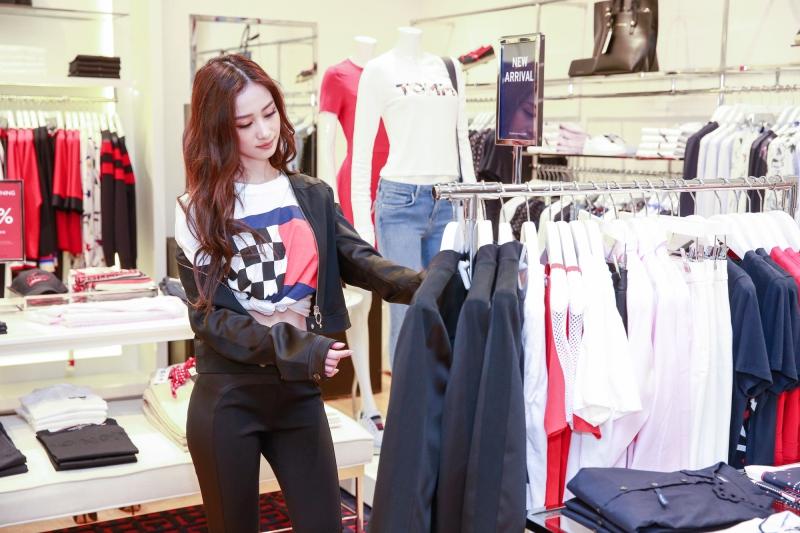 """Phong cách gợi cảm của Jun Vũ đã ngay lập tức tạo nên """"thương hiệu"""" cho phong cách của cô nàng 9X này."""