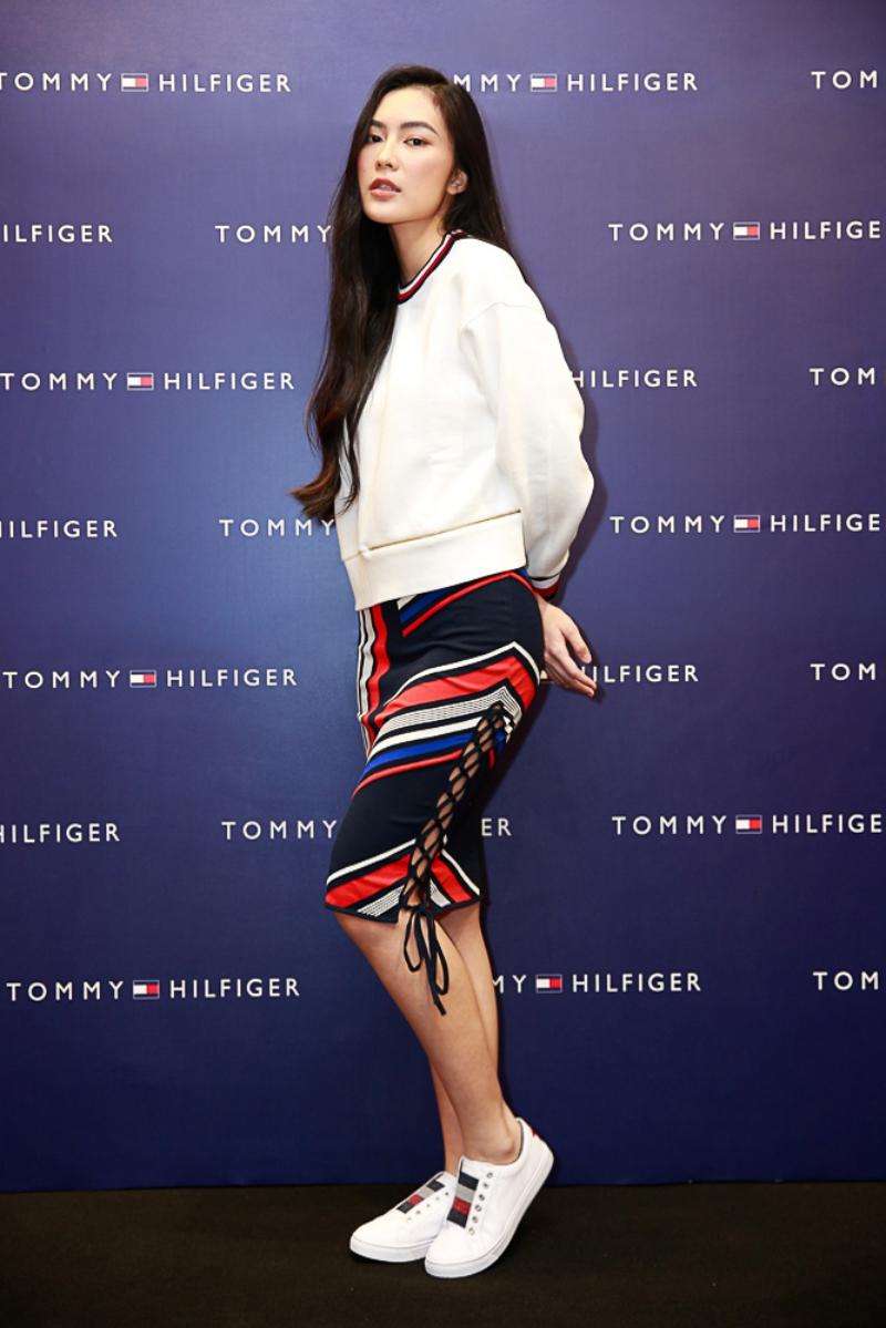 Helly Tống chọn áo sweater phối cùng chân váy được trang trí bởi những vạch màu kẻ độc đáo.