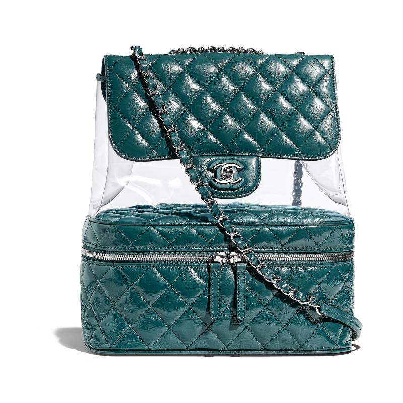 Không chỉ thế, Chanel còn sử dụng chất liệu nhựa trong suốt phối cùng da may chần bông cho thiết kế ba lô ấn tượng này.