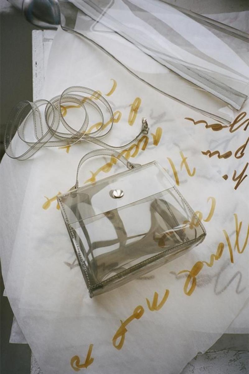 """Với những chiếc túi xách bằng nhựa, các tín đồ thời trang có thể tự tin tỏa sáng trong mọi điều kiện thời tiết, bởi vì """"nắng mưa là chuyện của trời""""."""