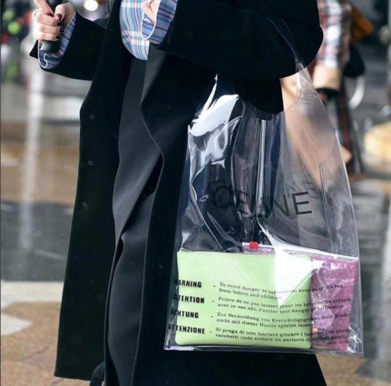 """Các tín đồ thời trang thực thụ đang """"sốt xình xịch"""" vì chiếc túi nhựa trong suốt của Celine."""