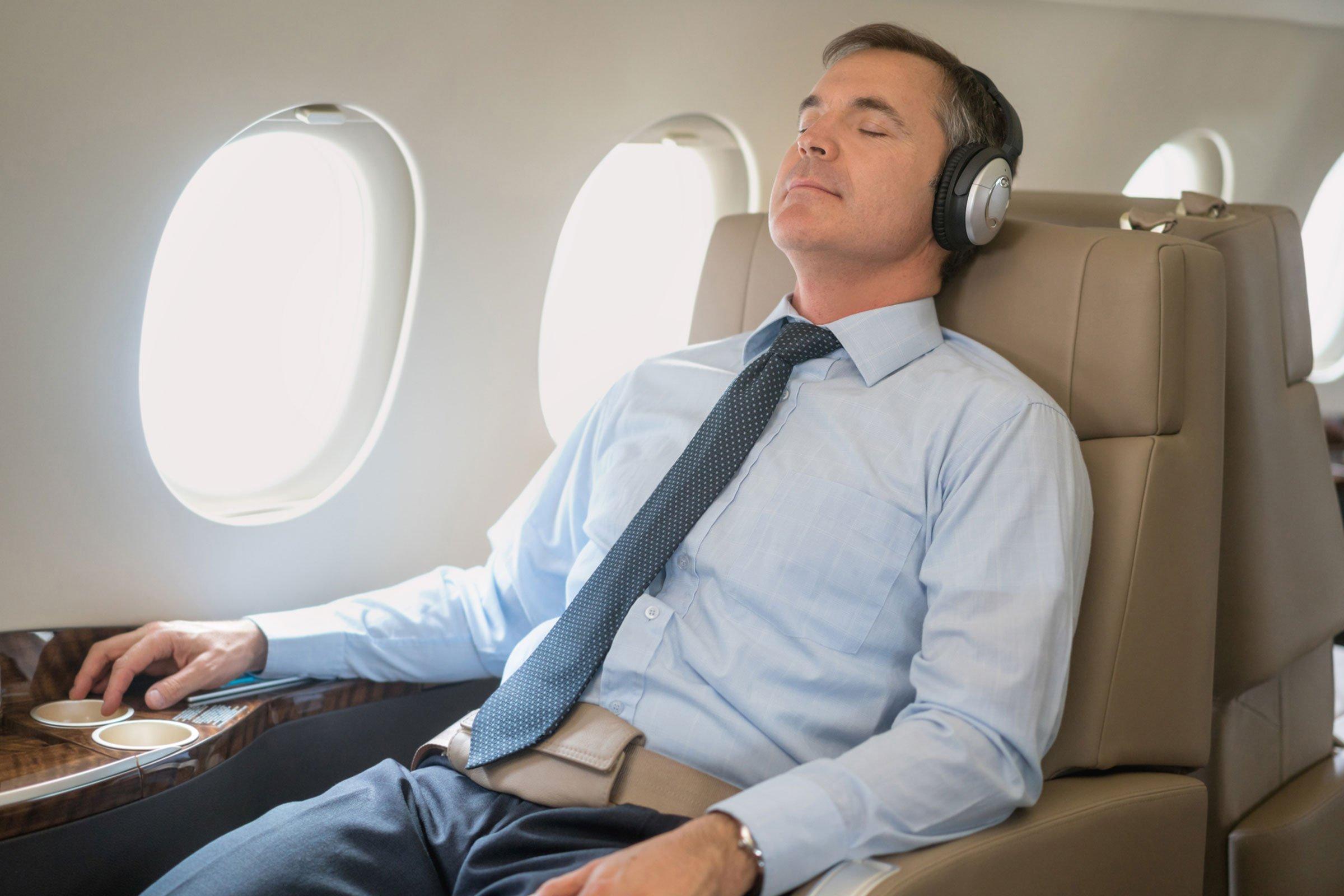"""3 mẹo đơn giản khiến chuyến bay dài trở nên """"dễ thở"""" hơn"""