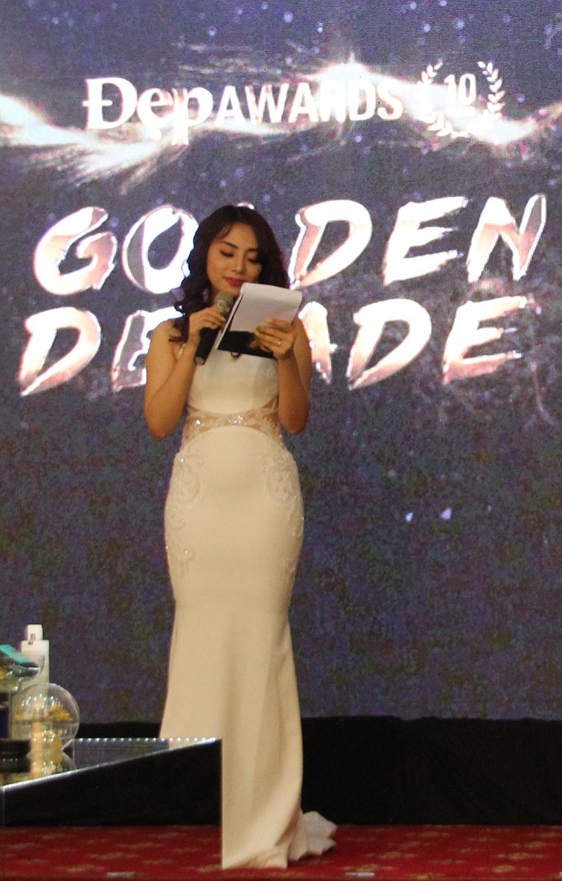 Có mặt từ rất sớm để chuẩn bị, host của Đẹp Awards - ca sĩ Miko Lan Trinh đã tạo một bầu không khí cực thân thiện và tươi vui cho buổi lễ trao giải bằng cách dẫn vô cùng thú vị, hài hước.