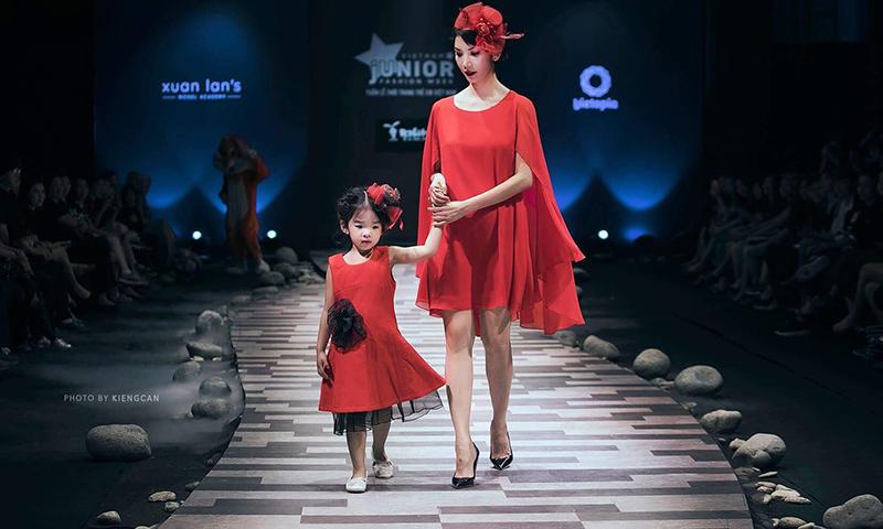 Xuân Lan và con gái (bé Thỏ) trên sàn catwalk.