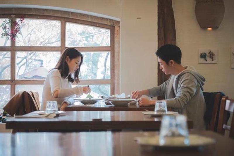 """Để có cơ hội gặp gỡ và đi ăn với chị Jin Ah, Joon Hee không ngại sử dụng đặc quyền làm nũng của em trai. Cứ nhìn thấy """"chị Đẹp"""" là anh lại hỏi: """"Chị à, nếu ngày mai em nhờ chị mua đồ ăn, chị sẽ mua cho em chứ?"""" hay """"Hôm nay, chị mời cơm em nhé"""". Đương nhiên với cậu em trai bạn thân đáng yêu, đẹp trai sáng láng, đã có giao tình mấy chục năm thì Jin Ah sẽ không ngại ngần mà đồng ý."""