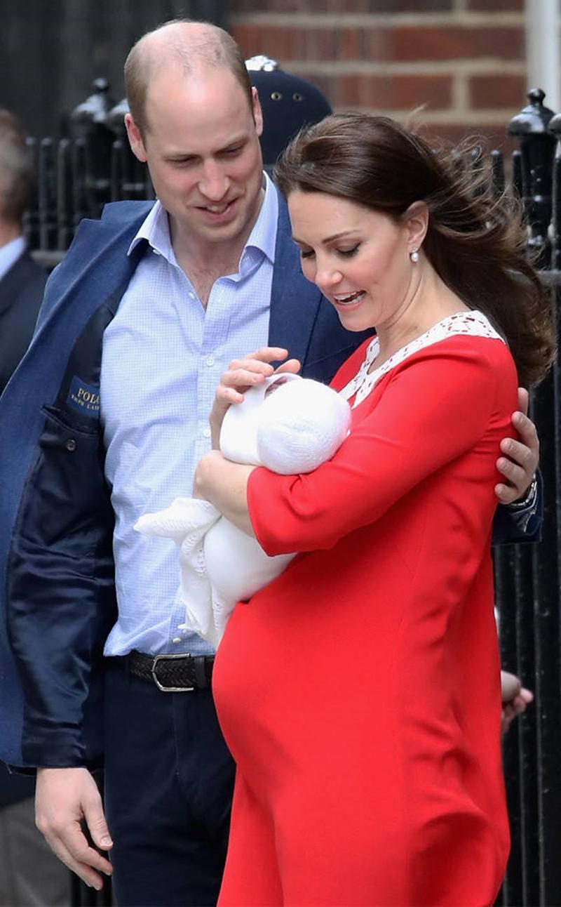 Công nương Kate được đưa từ Điện Kensington tới đến bệnh viê, khoảng 6h sáng nay khi có dấu hiệu chuyển dạ sớm. Đây cũng là nơi cô sinh hạ hai con đầu là Hoàng tử George và Công chúa Charlotte.