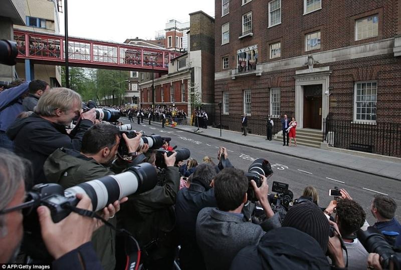 Hàng trăm phóng viên chờ họ phía trước bệnh viện