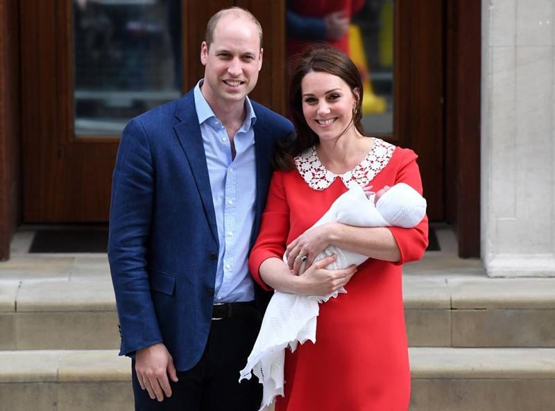 Thái tử William và công nương Kate cùng con trai mới sinh xuất hiện tại cổng khoa sản Lindo Wing của bệnh viện St. Mary's