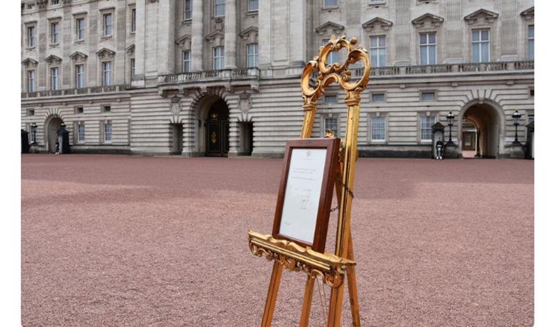 """Người phát ngôn của cung điện Kensington cho biết: """"Công nương Cambridge đã hạ sinh một bé trai thành công vào khoảng 11:01. Bé trai nặng khoảng 3,8kg. Hiện tại, cả 2 mẹ con đều khỏe mạnh và an toàn. Các thành viên gia đình hoàng gia đều hân hoan trước tin tức quan trọng này""""."""