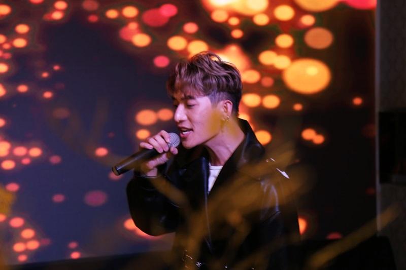 """Màn trình diễn 2 ca khúc """"City Light"""" và """"Craze"""" của ca sỹ, nhạc sỹ Châu Đăng Khoa khuấy động bầu không khí khán phòng"""
