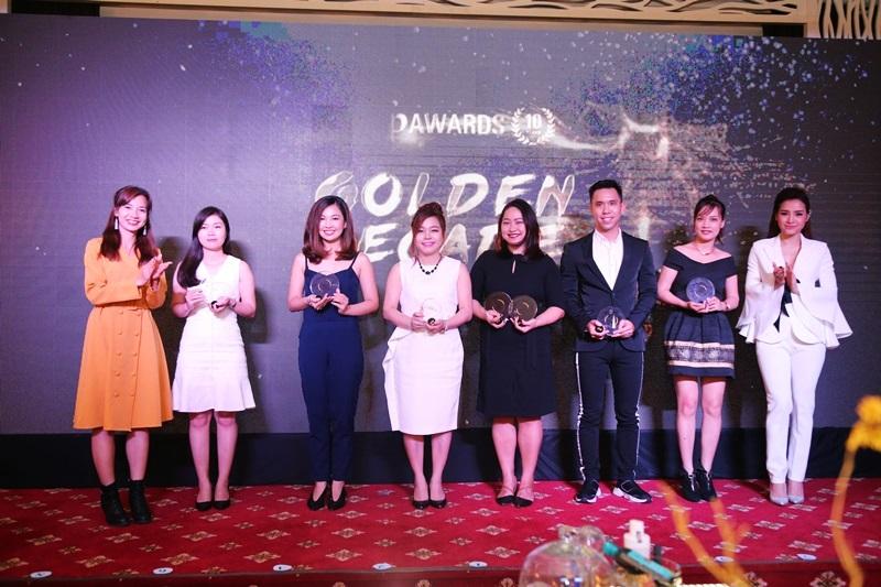 Bà Huyền Phạm - Thư kí tòa soạn Đẹp Online và ca sỹ, diễn viên Phương Trinh Jolie trao cúp cho đại diện các nhãn hàng có sản phẩm đạt giải