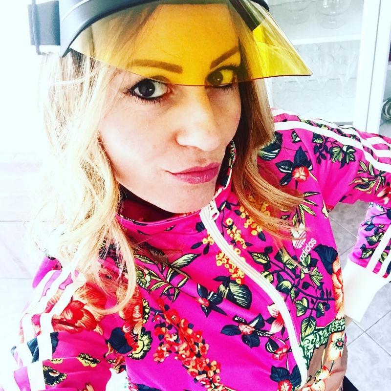 Fashionista người Ý Nadia Truglia kết hợp kính râm DiorClub1 với chiếc áo khoác sặc sỡ mang họa tiết bắt mắt.