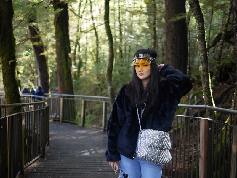 Fashionista người Thái Oh Pongvitayapanu mang DiorClub1 trong chuyến đi đến New Zealand.