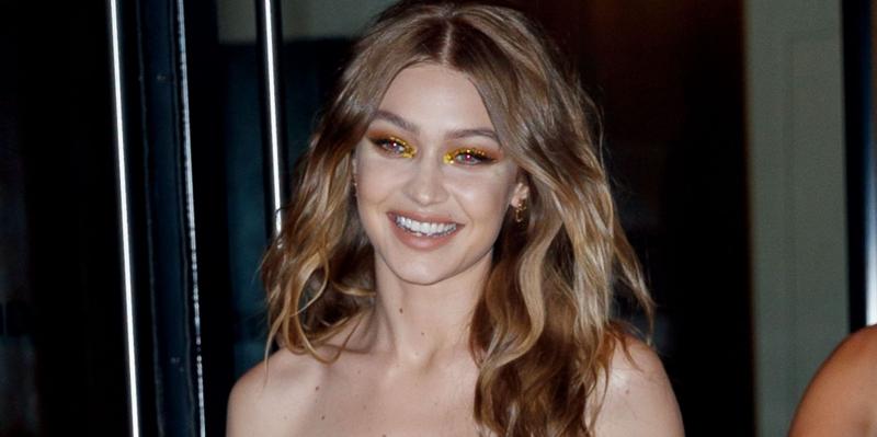 Đôi mắt của Gigi Hadid cũng được đánh màu vàng cùng tông với thiết kế đầm gợi cảm.