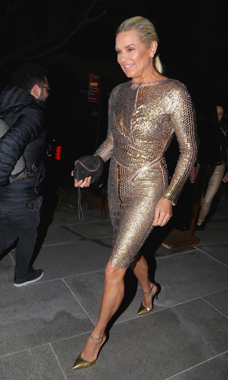 """Mẹ của hai """"cô gái vàng"""" - bà Yolanda Hadid cũng mặc một thiết kế lấp lánh ánh kim. Bà vẫn rạng ngời tự tin ở tuổi 54."""