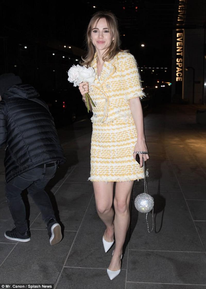 Nữ diễn viên Suki Waterhouse cũng tới dự tiệc sinh nhật của Gigi Hadid. Cô mặc bộ skirt suit cùng túi xách của Chanel.