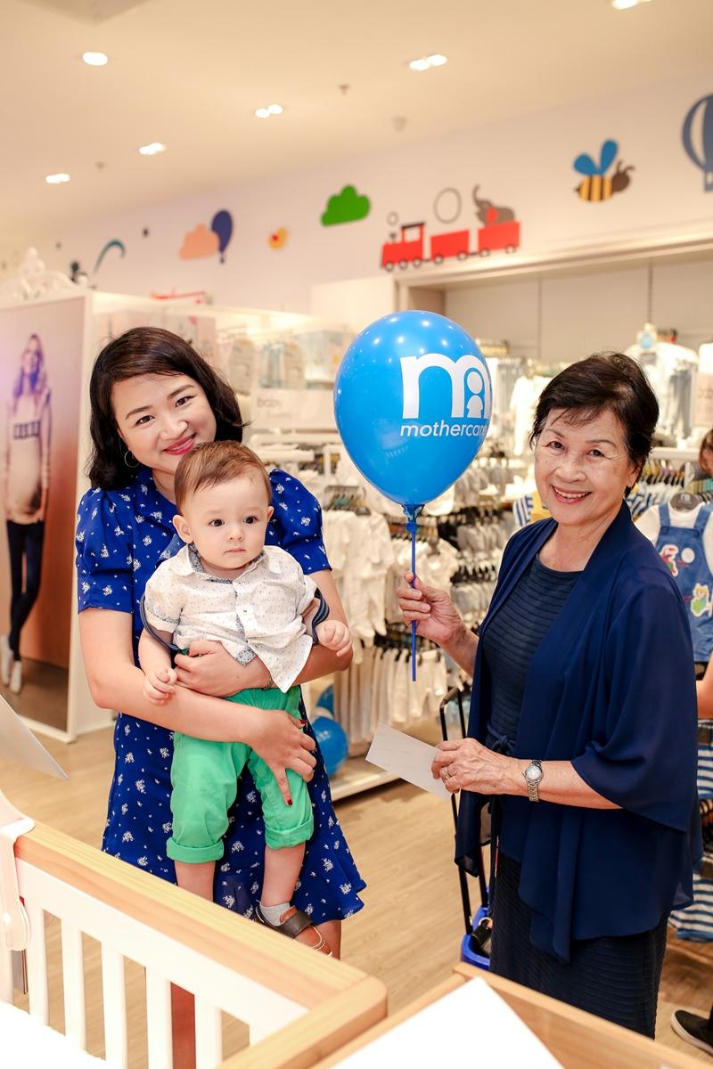 """Ngoài các bà mẹ bỉm sữa trong showbiz như Tăng Thanh Hà, siêu mẫu Hà Anh, diễn viên Dương Cẩm Lynh, sự kiện còn có sự góp mặt của giám đốc sáng tạo Hà Đỗ - người phụ nữ thành đạt và là người mẹ yêu cầu khá cao trước những sản phẩm dành cho con cái cũng bị """"chinh phục"""" khi tận mắt chứng kiến những gì có trong cửa hàng của thương hiệu Mothercare."""