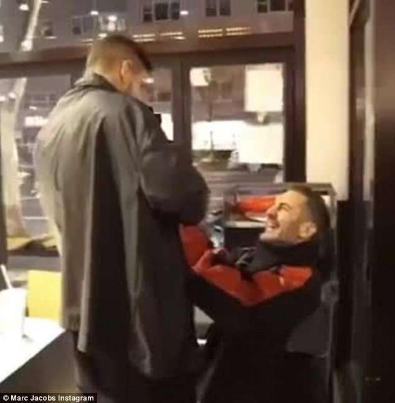 """Cuối màn flash-mob, NTK Marc Jacobs quỳ một gối và cầu hôn Char theo đúng nghi lễ """"truyền thống""""."""