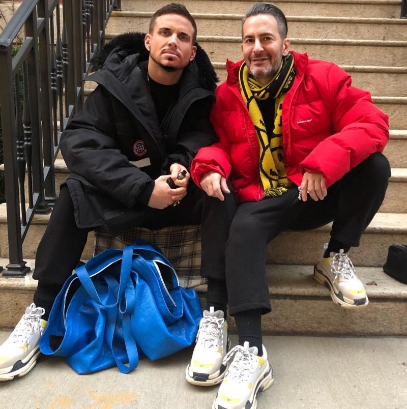 Trong tiết trời lạnh ở New York thì cả hai còn mặc đồ giống nhau, cùng mang giày Triple S của Balenciaga.
