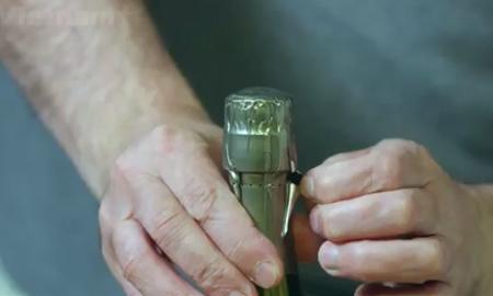 Cách khui một chai vang khi bạn không có dụng cụ mở
