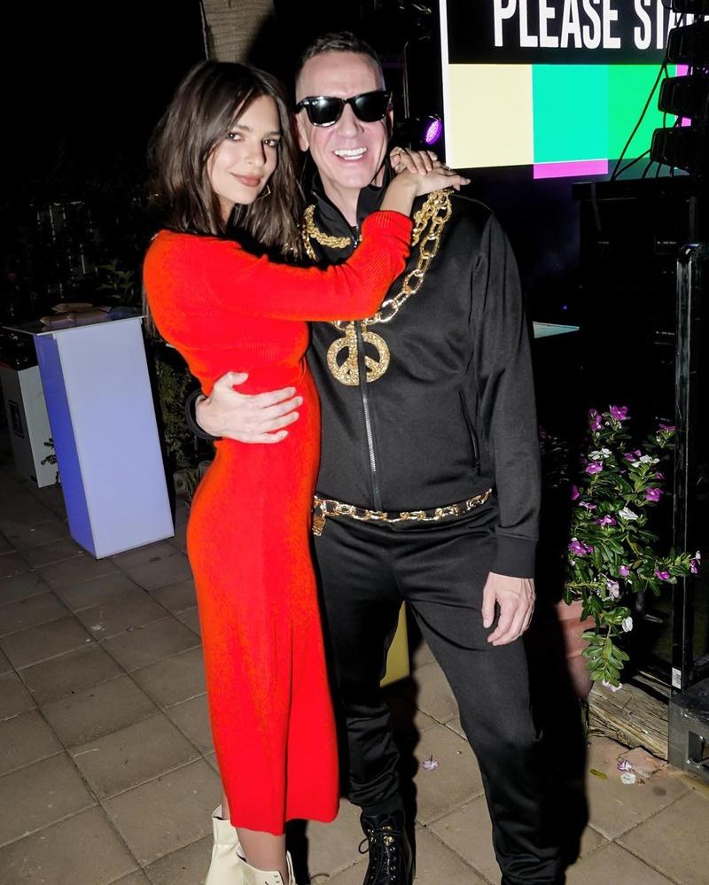 NTK Jeremy Scott và nữ diễn viên Emily Ratajowski trong buổi tiệc công bố BST hợp tác Moschino [tv] H&M