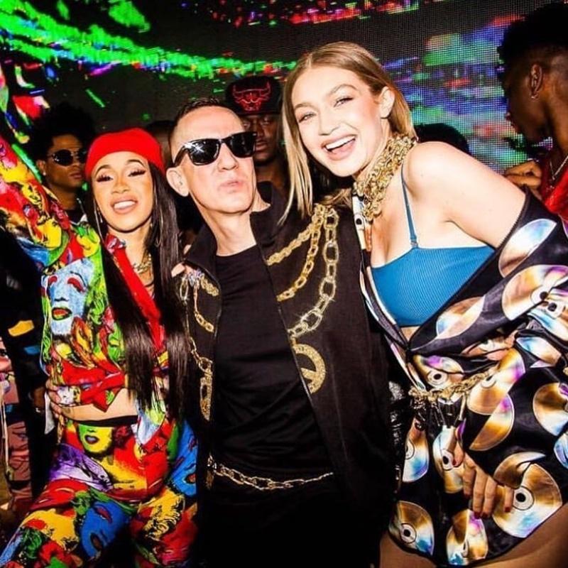 Buổi tiệc còn có sự hiện diện của nữ rapper Cardi B (trái) ...
