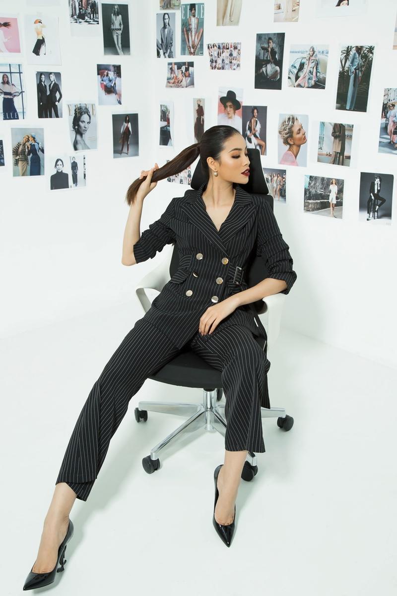 Không còn gói gọn hình ảnh của mình với sự mỏng manh, nữ tính, Phạm Hương xuất hiện đầy cá tính với bộ trang phục mang hơi hướng menswear sắc đen quyền lực.