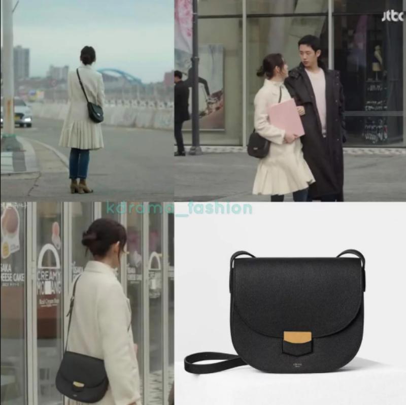 """Khi đi công tác cùng với sự tháp tùng của """"phi công"""", """"chị đẹp"""" có mang theo mình một chiếc túi xách nhìn rất đơn giản nhưng lại không hề ... đơn giản chút nào. Đây là chiếc túi đắt giá của Céline có giá khoảng 2.200 đô la."""