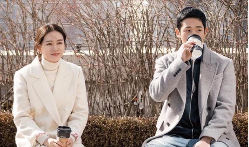 """Phong thái nhẹ nhàng nhưng vẫn toát lên vẻ sang trọng trong các bộ đồ của """"chị đẹp"""" Yoon Jin Ah."""