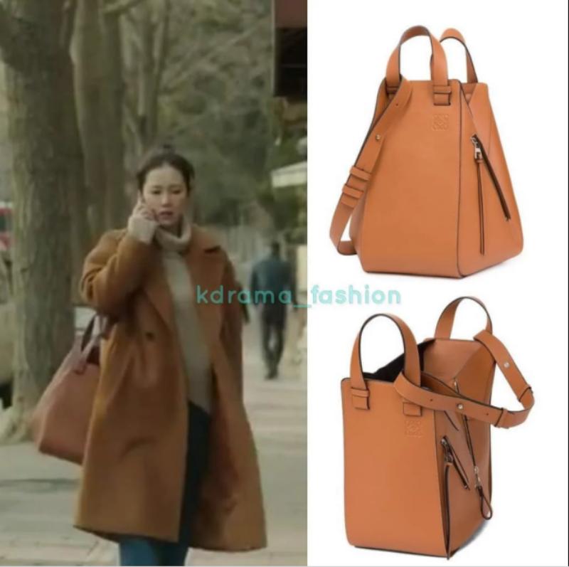 """Một thiết kế nhìn đơn giản nhưng cũng cực kỳ đắt giá khác của """"chị đẹp"""" đó là chiếc túi Hammock của thương hiệu Loewe. Túi bằng da có quai xách và quai đeo, thiết kế độc đáo mô phỏng chiếc võng, có giá lên đến 2.855 đô la."""