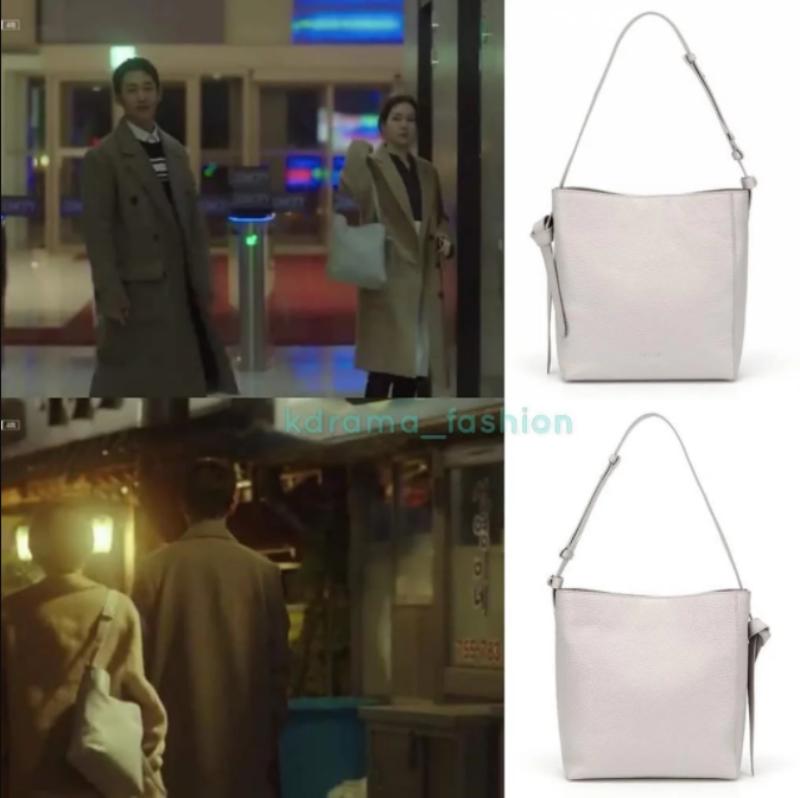 """Tuy nhiên, """"chị đẹp"""" cũng có những lúc dùng túi giá """"mềm"""", ví dụ như chiếc túi trắng đơn giản này của Vincis có giá khoảng 429 đô la."""